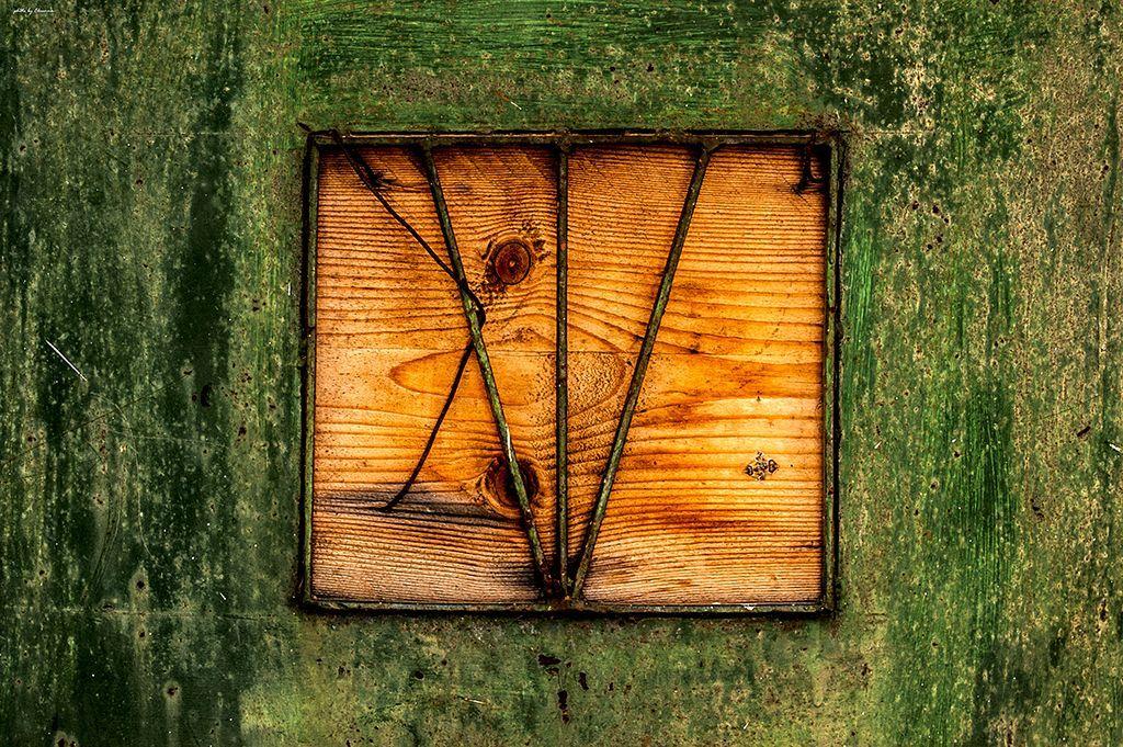 Πορτοκαλί ξύλο πάνω στο πράσινο